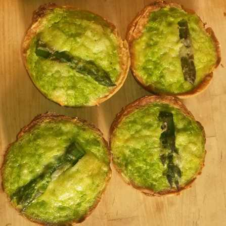 Mini quiches met asperges, doperwten en munt